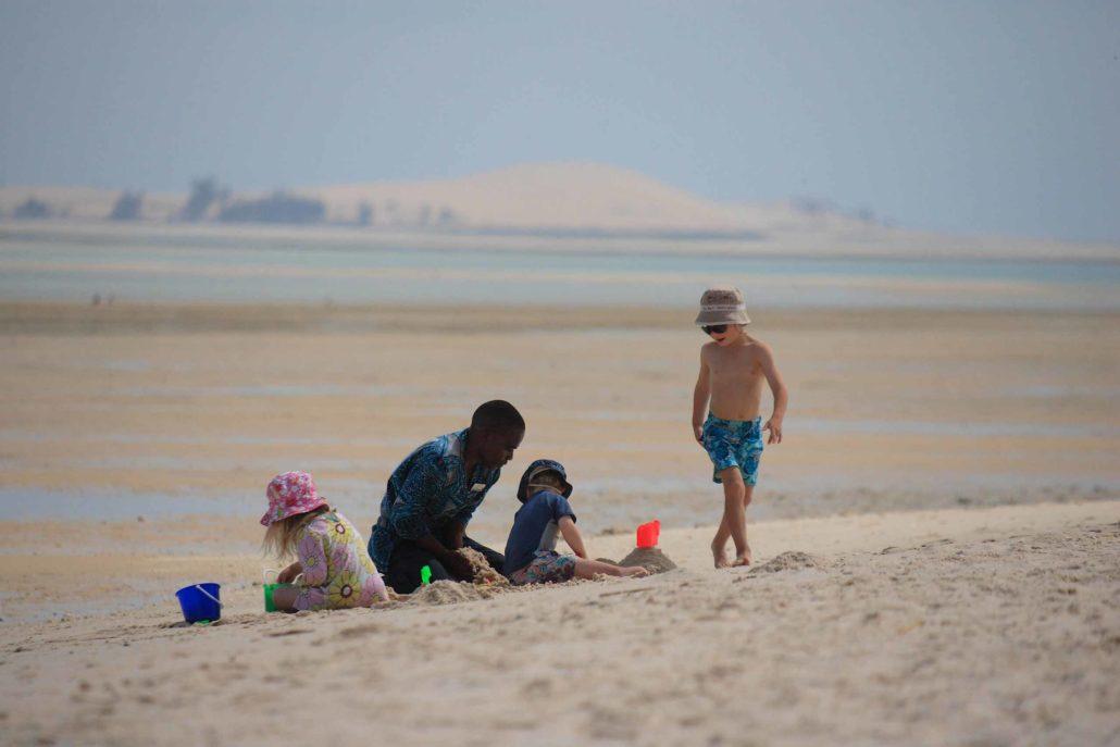 Enkosi-Africa-safari-mozambique-bazaruto-azura_benguerra_children_on_beach safari en familia