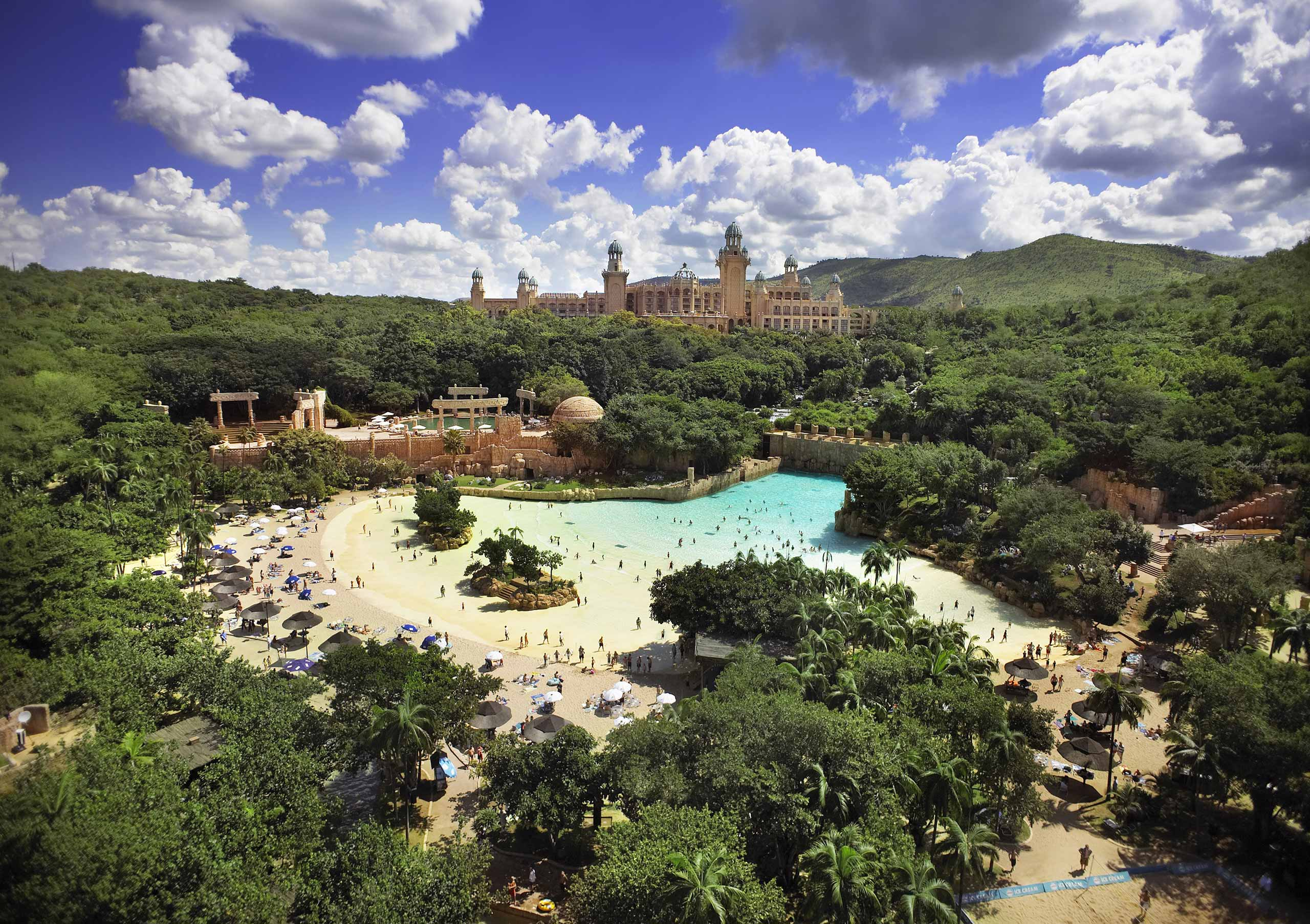 enkosi-africa-safari-sudafrica-sun_city-valley-of-waves-with-the-palace-in-the-background_