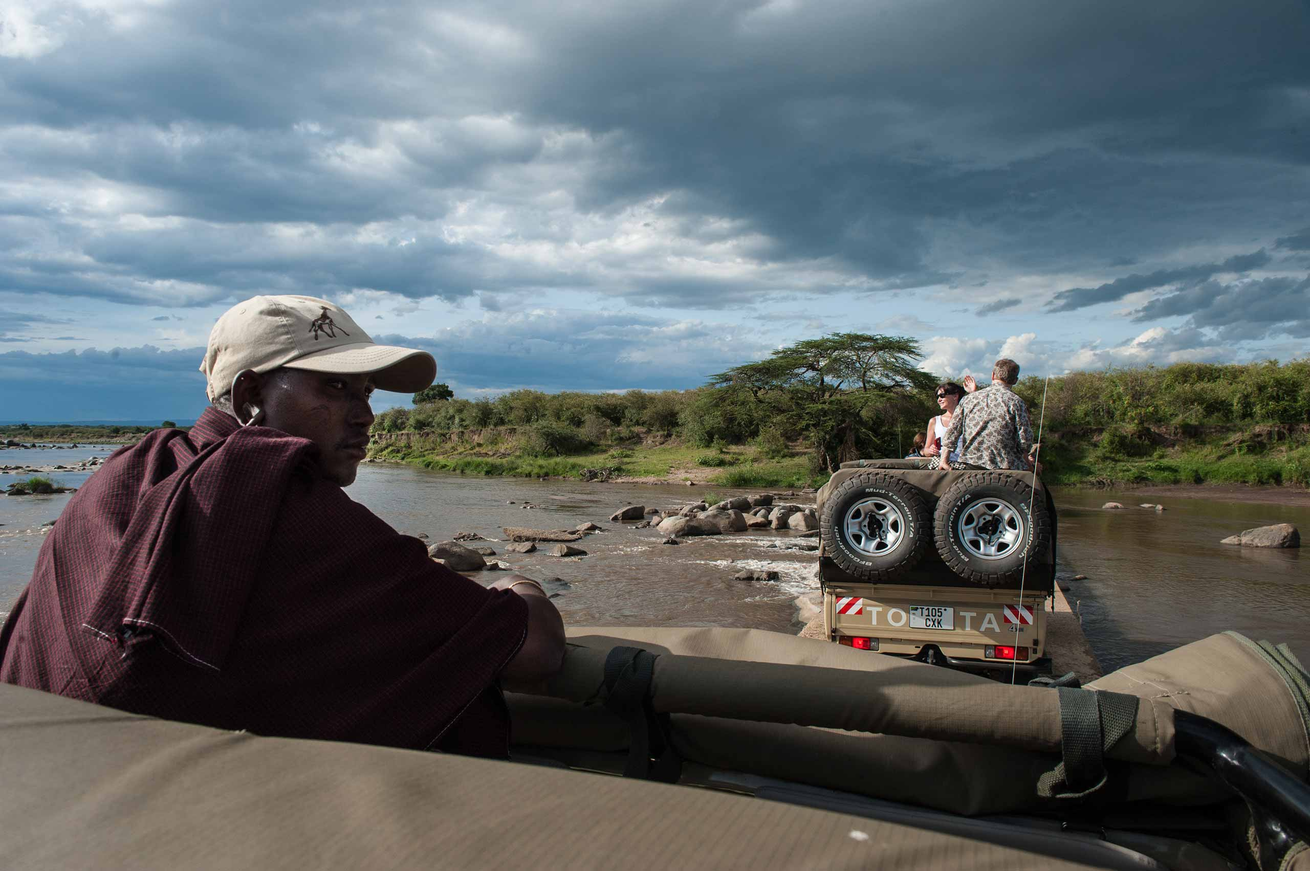 enkosi-africa-safari-tanzania-serengeti-serian-camp_north_game drive crossing river